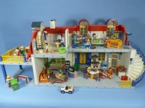 6ea9bc493a1532f0f779c5fcbae22c7e--playmobil-diorama-suburban-house